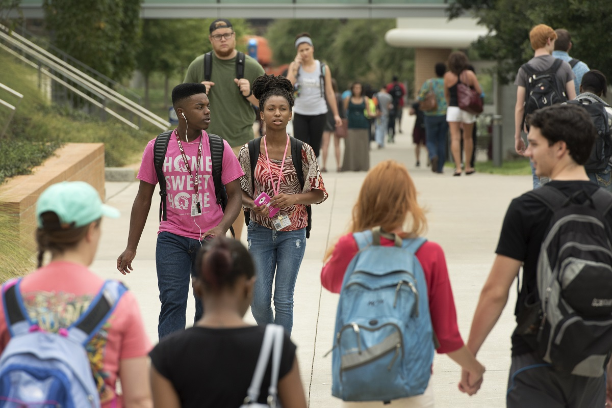 Students walk between the DSC and Student Services buildings on Sept. 1, 2015.