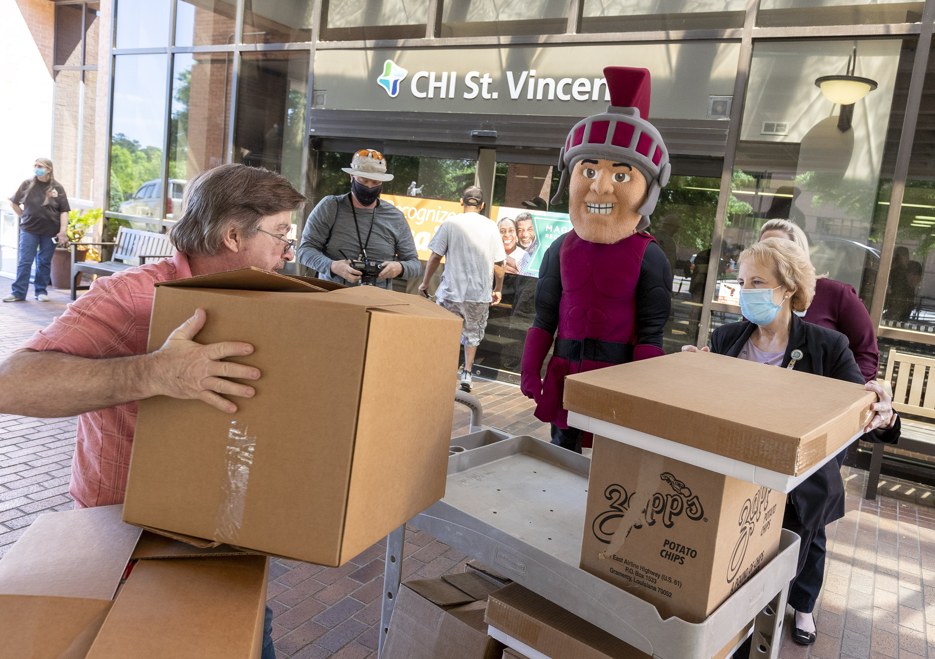 Maximus, the UA Little Rock mascot, delivers food and protective masks to CHI St. Vincent Hospital in support of health care workers for National Nurse Appreciation Day.